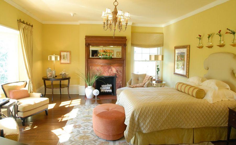 Желтая подушка-валик в интерьере