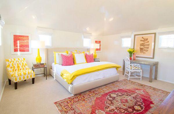 Желтый плед на кровати в интерьере