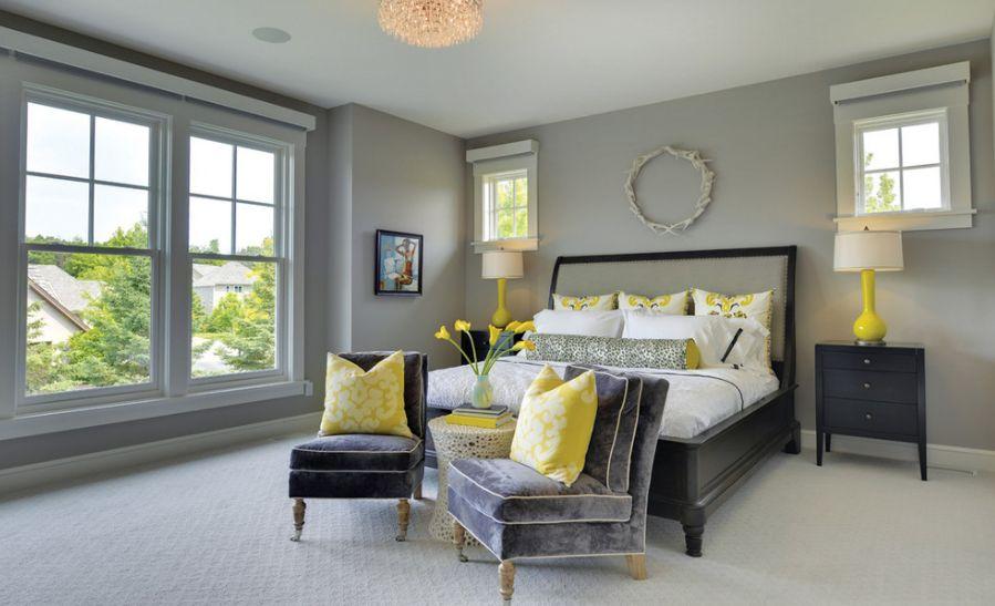Желтые подушки на креслах в спальне