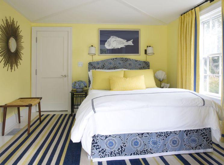 Желтая стена в спальне
