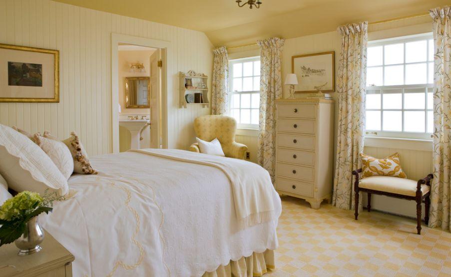Желтое кресло в спальне