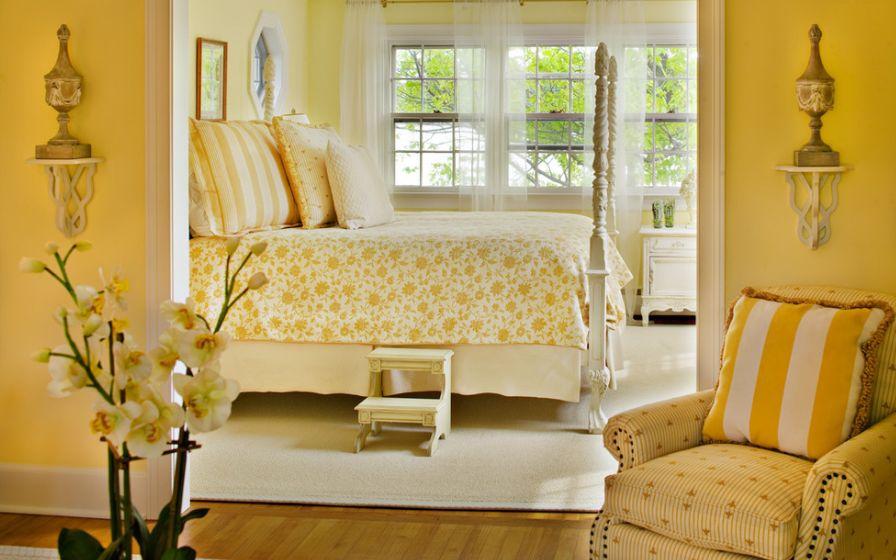 Полосатая желтая подушка на кресле
