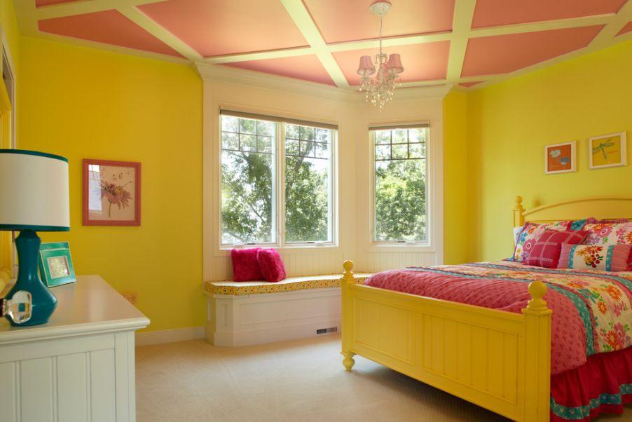 Желтый каркас кровати в спальне
