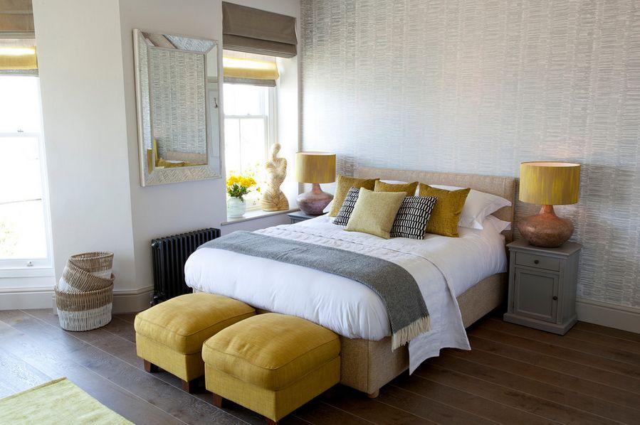 Желтые прикроватные пуфики в интерьере