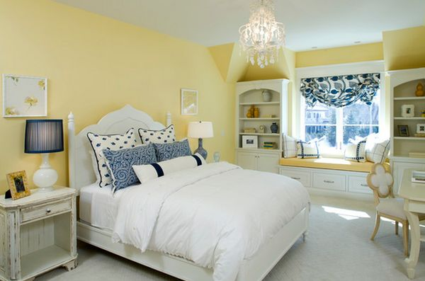 Белая кровать в желтой спальне