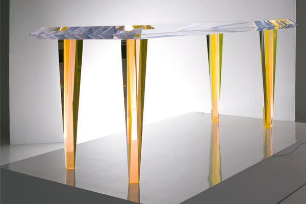 Стеклянный столик с огранкой на жёлтых ножках