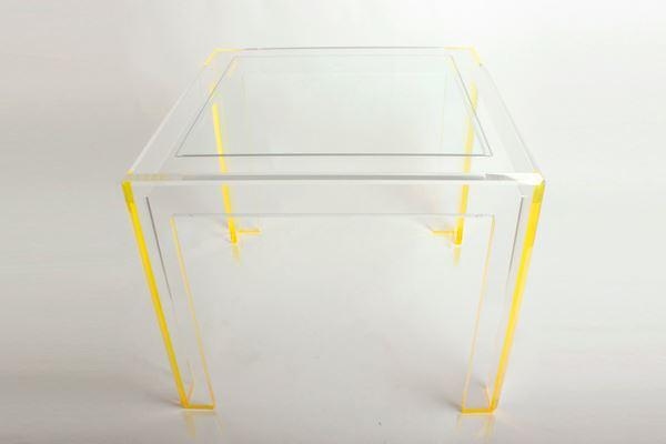 Стеклянный кофейный столик с жёлтыми ножками