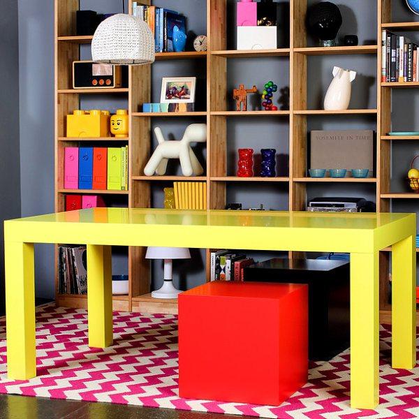 Яркий жёлтый стол и кубические стулья