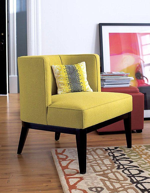 Диванная подушка на жёлтом кресле