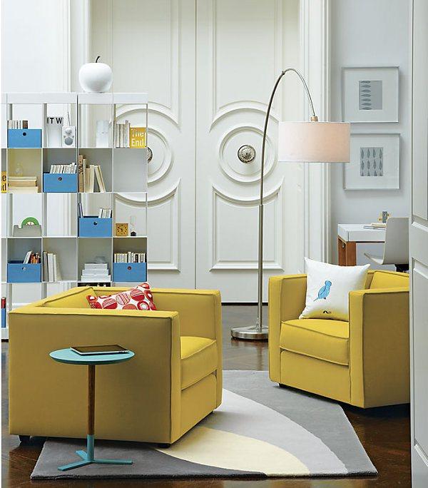 Жёлтые кресла в белой комнате
