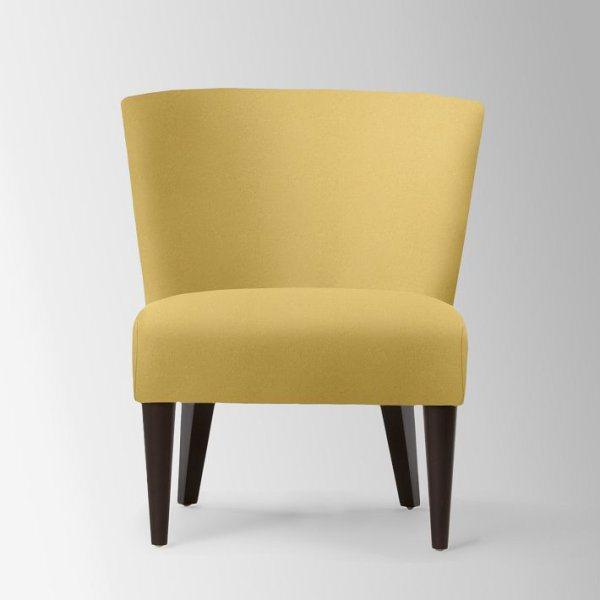 Жёлтое кресло на деревянных ножках