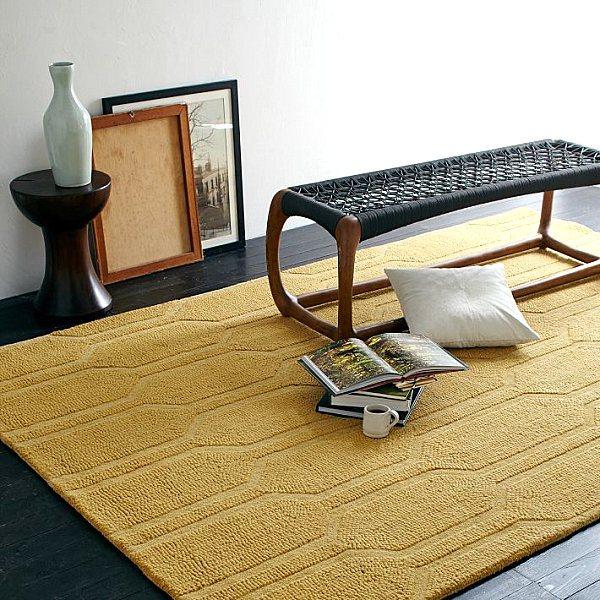 Горчичный коврик с геометрическим узором