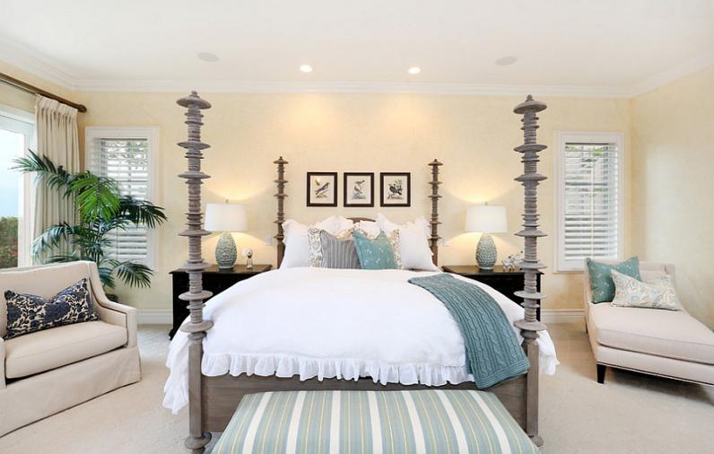 Красивая кровать в спальне
