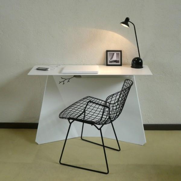 Оригинальный офисный стол, светильник и стул у стола