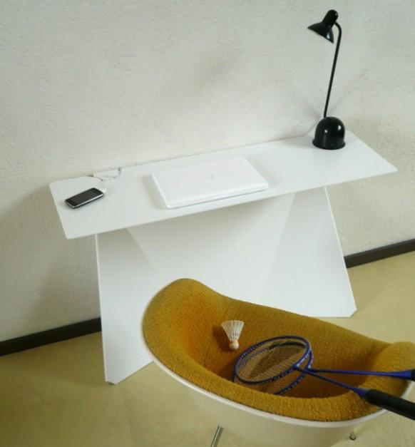 Офисный стол, стул и светильник - вид сверху