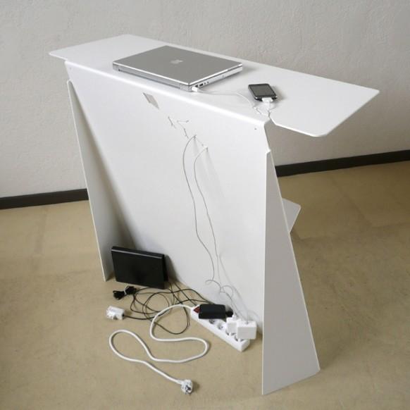 Очаровательный стол вид сзади с подключенными телефоном и ноутбуком
