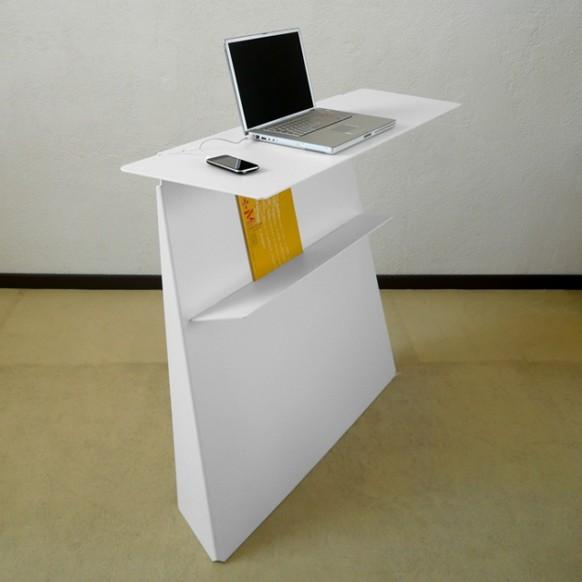 Офисный стол с элементами декора