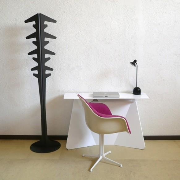 Прекрасный стол, стул, светильник и вешалка