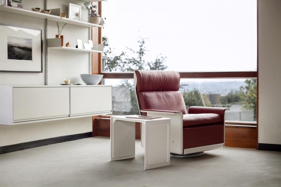 Необычный журнальный столик с современным дизайном, фото красного кресла и столика