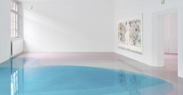 Питер Циммерман: музейный пол как холст для абстрактных картин из эпоксидной смолы